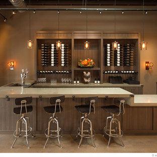 Imagen de bodega contemporánea, grande, con vitrinas expositoras, suelo de madera en tonos medios y suelo marrón