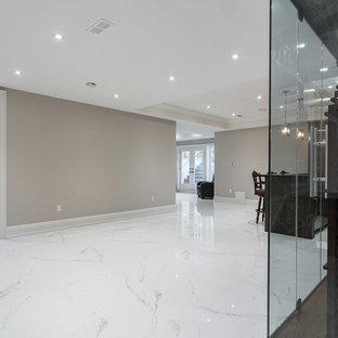 Foto de bodega contemporánea, grande, con suelo de mármol, botelleros y suelo blanco