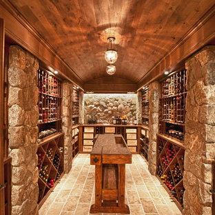 Foto på en vintage vinkällare, med travertin golv och vinhyllor