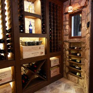 Inspiration för en mellanstor rustik vinkällare, med skiffergolv och vinhyllor