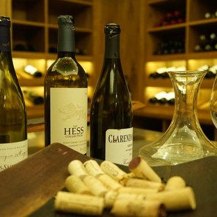 Idées déco pour une grand cave à vin classique.