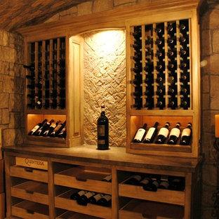 Exemple d'une grand cave à vin montagne avec un sol en carrelage de céramique et des casiers.