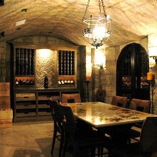 Inspiration för en stor vintage vinkällare, med vinhyllor och klinkergolv i keramik