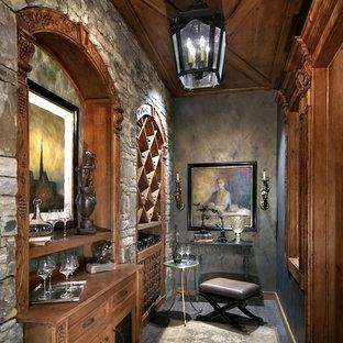 Ispirazione per una cantina mediterranea di medie dimensioni con portabottiglie a scomparti romboidali, pavimento con piastrelle in ceramica e pavimento grigio