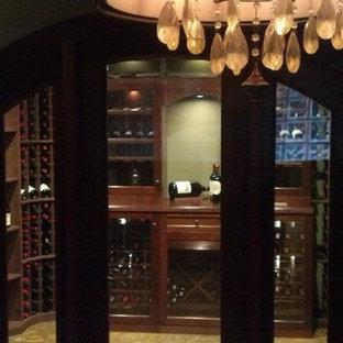 Ejemplo de bodega clásica, grande, con suelo vinílico, botelleros y suelo marrón