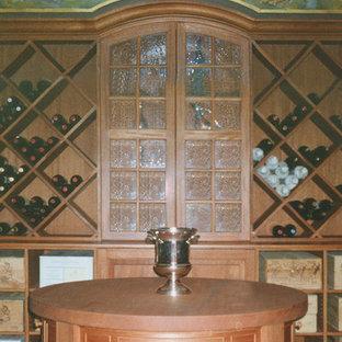 Cette image montre une cave à vin bohème de taille moyenne avec un sol en ardoise, des casiers losange et un sol bleu.