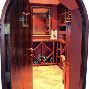 Imagen de bodega clásica renovada, de tamaño medio, con suelo de travertino y botelleros