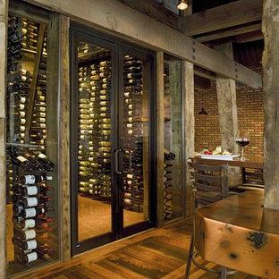Idéer för rustika vinkällare, med vindisplay och orange golv