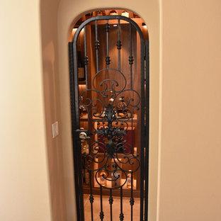 Exempel på en liten rustik vinkällare, med klinkergolv i keramik och vindisplay