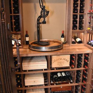Idéer för en liten modern vinkällare, med klinkergolv i keramik och vindisplay