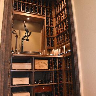 Idée de décoration pour une petit cave à vin nordique avec un sol en carrelage de céramique et un présentoir.