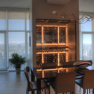 Diseño de bodega minimalista, pequeña, con suelo de madera clara y vitrinas expositoras