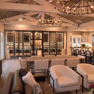 Großer Moderner Weinkeller mit braunem Holzboden, waagerechter Lagerung und braunem Boden in Orange County