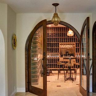 Exempel på en stor lantlig vinkällare, med klinkergolv i porslin, vindisplay och beiget golv
