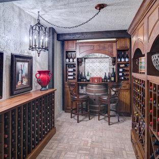 Idéer för en mellanstor klassisk vinkällare, med tegelgolv, vindisplay och grått golv