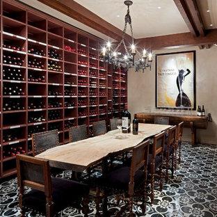 アルバカーキの大きいサンタフェスタイルのおしゃれなワインセラー (ワインラック、セラミックタイルの床、マルチカラーの床) の写真