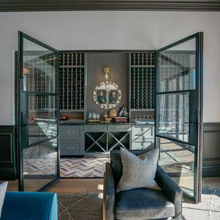 Inspiration för mellanstora moderna vinkällare, med vinhyllor och flerfärgat golv