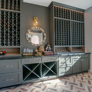 Inspiration för en mellanstor funkis vinkällare, med vinhyllor och flerfärgat golv