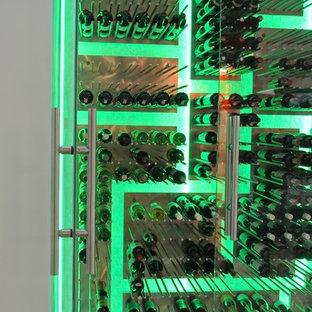 Bild på en stor funkis vinkällare, med kalkstensgolv och vinhyllor