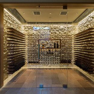 Ispirazione per una cantina contemporanea di medie dimensioni con pavimento in pietra calcarea e rastrelliere portabottiglie