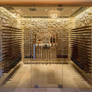 Idéer för en stor modern vinkällare, med travertin golv och vindisplay