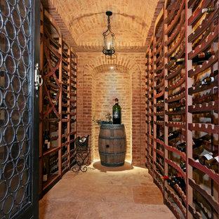 Mittelgroßer Mediterraner Weinkeller mit Kammern in Orange County