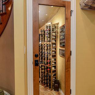 Inspiration för små klassiska vinkällare, med vinhyllor