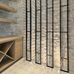 Inspiration pour une cave à vin minimaliste de taille moyenne avec béton au sol, un présentoir et un sol bleu.