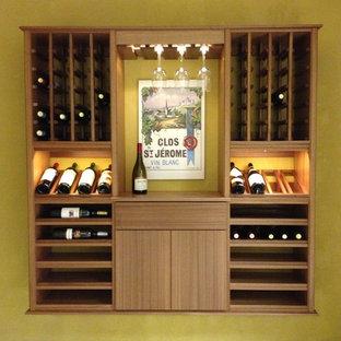 Idéer för små vintage vinkällare, med klinkergolv i keramik och vinhyllor