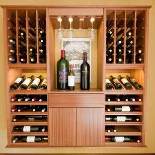Exemple d'une petit cave à vin tendance avec un sol en carrelage de céramique et des casiers.