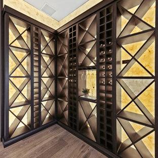 Esempio di una cantina classica di medie dimensioni con pavimento in gres porcellanato, rastrelliere portabottiglie e pavimento marrone