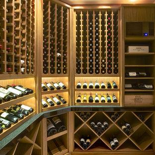 Bild på en stor vintage vinkällare, med kalkstensgolv och vindisplay