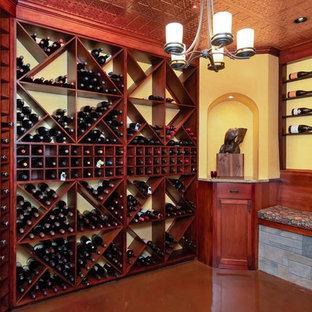 Bild på en stor rustik vinkällare