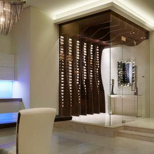 Cette image montre une cave à vin design avec un présentoir et un sol blanc.