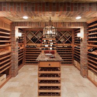 Idéer för att renovera en stor vintage vinkällare, med mellanmörkt trägolv, vindisplay och beiget golv