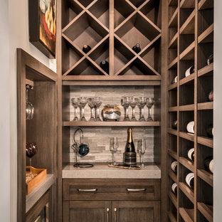 Inspiration för små klassiska vinkällare, med klinkergolv i porslin, vinhyllor och beiget golv