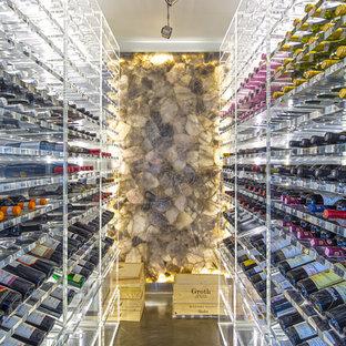 Idées déco pour une grand cave à vin contemporaine avec des casiers et béton au sol.