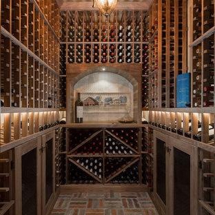 Kleiner Klassischer Weinkeller mit Backsteinboden und Kammern in Phoenix
