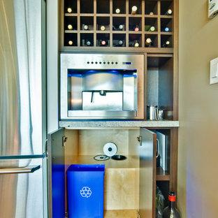 Bild på en liten funkis vinkällare, med betonggolv, vindisplay och grått golv