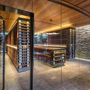 Idée de décoration pour une très grand cave à vin chalet avec un présentoir.