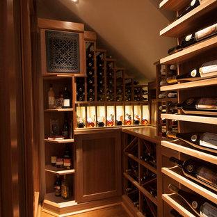 Inspiration för en vintage vinkällare, med mellanmörkt trägolv och vindisplay