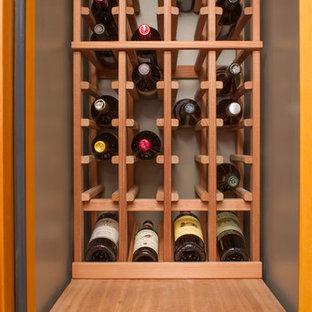Idée de décoration pour une petit cave à vin tradition avec des casiers.