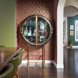 デンバーの小さいミッドセンチュリースタイルのおしゃれなワインセラー (濃色無垢フローリング、ワインラック、茶色い床) の写真