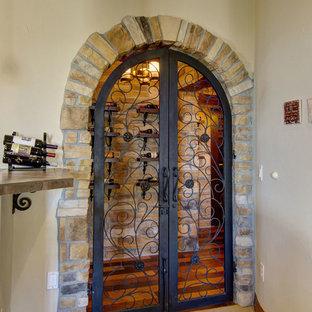 Exemple d'une cave à vin méditerranéenne de taille moyenne avec moquette, un présentoir et un sol orange.