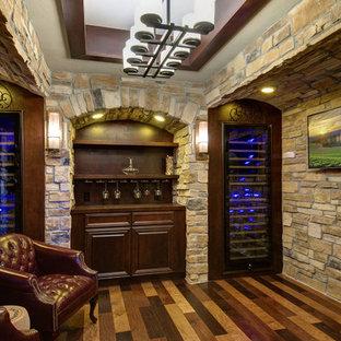 Imagen de bodega clásica, de tamaño medio, con suelo de madera oscura, vitrinas expositoras y suelo multicolor
