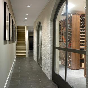 Inspiration för stora moderna vinkällare, med kalkstensgolv, vinställ med diagonal vinförvaring och grått golv