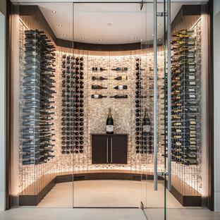 Idéer för att renovera en mellanstor funkis vinkällare, med klinkergolv i porslin, vinhyllor och beiget golv