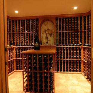Imagen de bodega rústica, de tamaño medio, con suelo de baldosas de cerámica y botelleros