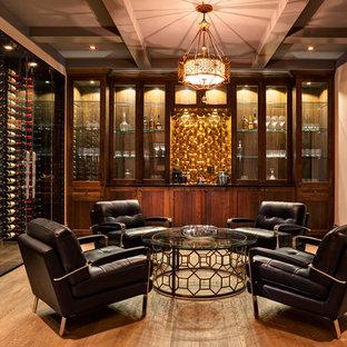 バンクーバーの広いトランジショナルスタイルのワインセラーの画像 (無垢フローリング、ワインラック、ベージュの床)