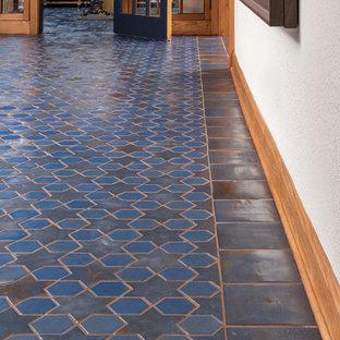 Foto di una grande cantina mediterranea con pavimento con piastrelle in ceramica e pavimento blu